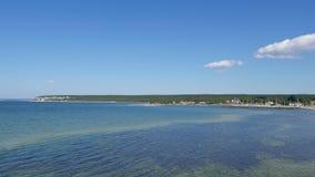Paesaggio del mare e vista delle barche vicino al villaggio di Lickershamn, sull'isola della Gotland in Svezia video d archivio