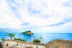 Paesaggio del mare, isola deserta nei cieli blu Immagine Stock
