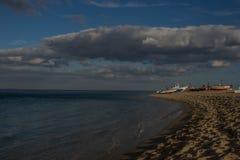 Paesaggio del mare italiano Barche di Fishermans sulla spiaggia Cielo nuvoloso blu al tramonto Fotografie Stock Libere da Diritti