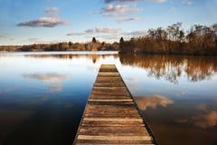 Paesaggio del molo di pesca sul lago calmo Immagini Stock Libere da Diritti