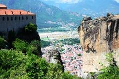 Paesaggio del monastero di Meteora e del villaggio di kalambaka immagine stock