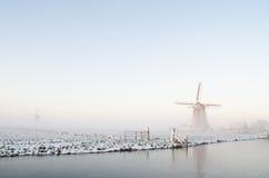 Paesaggio del mulino a vento di inverno in Olanda Immagine Stock
