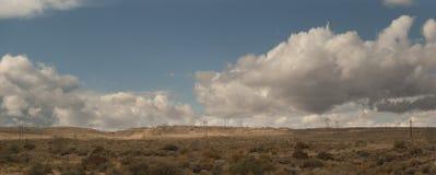 Paesaggio del New Mexico con le linee elettriche e le nuvole fotografia stock