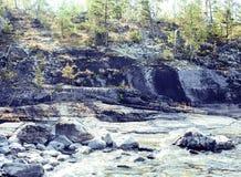 Paesaggio del nord selvaggio della natura lotto delle rocce sull'automobile di servizio postale della riva del lago Immagini Stock Libere da Diritti