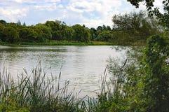 Paesaggio del paese con il fiume Fotografia Stock