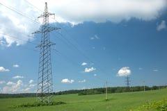 Paesaggio del paese con la linea elettrica pilons del metallo Fotografie Stock