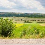 Paesaggio del paese con la strada, i campi ed il villaggio Immagini Stock Libere da Diritti