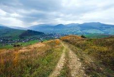 Paesaggio del paese della montagna di autunno Immagine Stock