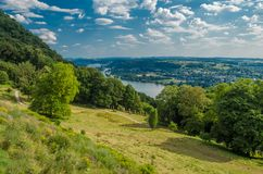 Paesaggio del paese di estate della Germania con il prato, la foresta e un cielo, fondo Fotografie Stock