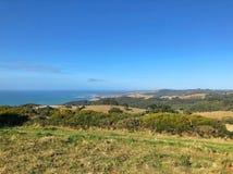 Paesaggio del paese sopra lo sguardo della linea costiera Fotografia Stock