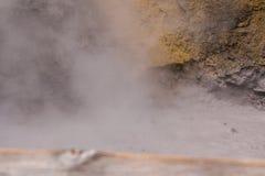 Paesaggio del parco nazionale di Yellowstone Attività geotermica, sorgenti termali calde con acqua bollente e vapori fotografia stock libera da diritti