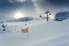 Paesaggio del pendio alpino dello sci con l'ascensore di sci funzionante Immagine Stock Libera da Diritti