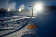 Paesaggio del pendio dello sci con le seggiovie al giorno soleggiato Fotografia Stock