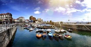 Paesaggio del pilastro in paesino di pescatori Turismo costiero della Spagna Castro Urdiales Cantabria fotografie stock