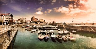 Paesaggio del pilastro in paesino di pescatori Turismo costiero della Spagna Castro Urdiales Cantabria fotografia stock libera da diritti