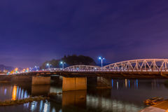 Paesaggio del ponte con il fiume di kiso nella notte Fotografia Stock