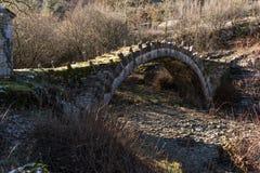 Paesaggio del ponte di capitani Arkoudas, montagne di Pindus, Zagori, Epiro, Grecia Fotografia Stock