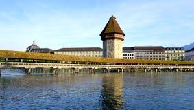 paesaggio del ponte di legno storico della cappella in Lucerna fotografia stock libera da diritti