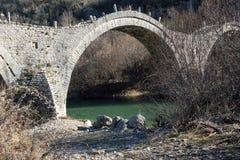 Paesaggio del ponte di Plakidas, montagne di Pindus, Zagori, Epiro, Grecia fotografie stock libere da diritti
