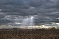 Paesaggio del sole attraverso le nuvole Fotografia Stock