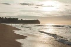 Paesaggio del sole che andando giù alla bella spiaggia Immagine Stock