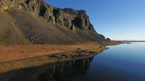 Paesaggio del sud dell'Islanda con l'itinerario 1 un giorno soleggiato con cielo blu archivi video
