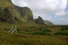 Paesaggio del sud dell'Islanda con le formazioni vulcaniche dalla riva dell'oceano Fotografia Stock Libera da Diritti