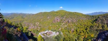 Paesaggio del supporto Shibao con le sue tempie della caverna, il Yunnan, Cina fotografia stock
