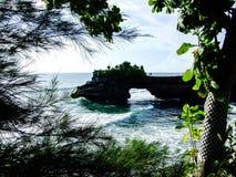 Paesaggio del tempio della spiaggia al lotto di Tanah di Bali, Indonesia fotografia stock libera da diritti
