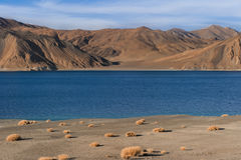 Paesaggio del TSO della fitta della montagna dell'Himalaya nel ladakh, leh India Immagine Stock