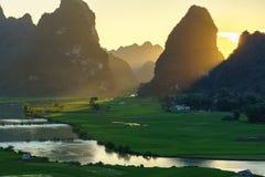Paesaggio del Vietnam con il giacimento del riso, il fiume, la montagna e le nuvole basse nel primo mattino in Trung Khanh, Cao B Fotografie Stock