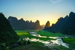 Paesaggio del Vietnam con il giacimento del riso, il fiume, la montagna e le nuvole basse nel primo mattino in Trung Khanh, Cao B Fotografia Stock Libera da Diritti