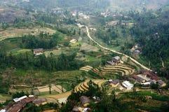 Paesaggio del Vietnam: Il villaggio sul pietra-plateau di Dong Van, Viet Nam Immagini Stock