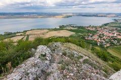 Paesaggio del villaggio dal castello sulla collina Lago in priorità alta Cielo drammatico Fotografie Stock