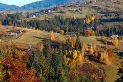 Paesaggio del villaggio di Autumn Carpathian, Ucraina Immagine Stock Libera da Diritti