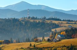 Paesaggio del villaggio di Autumn Carpathian, Ucraina Fotografie Stock Libere da Diritti