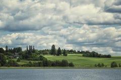 Paesaggio del villaggio di estate con il cielo delle nuvole Immagine Stock Libera da Diritti