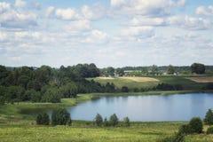 Paesaggio del villaggio di estate con il cielo delle nuvole Immagini Stock Libere da Diritti