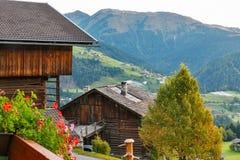 Paesaggio del villaggio di montagne delle alpi in Austria Immagini Stock
