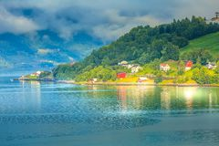 Paesaggio del villaggio del fiordo della Norvegia fotografie stock libere da diritti