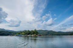 Paesaggio del villaggio nel lago fotografia stock libera da diritti