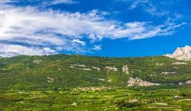 Paesaggio del villaggio nelle alpi Italia Fotografia Stock