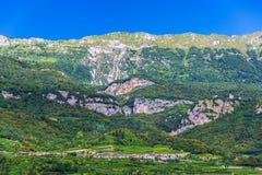 Paesaggio del villaggio nelle alpi Italia Fotografia Stock Libera da Diritti