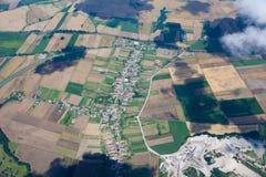 Paesaggio del villaggio sopra le nubi fotografia stock libera da diritti