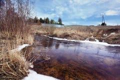 Paesaggio dell'acqua dell'insenatura della primavera Immagini Stock