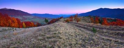 Paesaggio dell'alba alle alte montagne Paesaggio magico di autunno Valli con le foreste Fotografia Stock Libera da Diritti