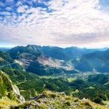 Paesaggio dell'alta montagna con gli alti picchi e le nuvole drammatiche Fotografie Stock Libere da Diritti
