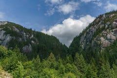 Paesaggio dell'alta montagna con il cielo nuvoloso blu Immagine Stock