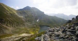 Paesaggio dell'alta montagna con il lago del ghiacciaio Immagini Stock