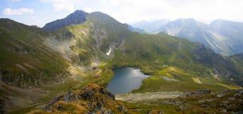 Paesaggio dell'alta montagna con il lago del ghiacciaio Fotografie Stock